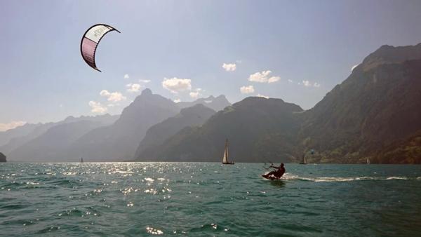 Kitesurfen mit traumhafter Kulisse