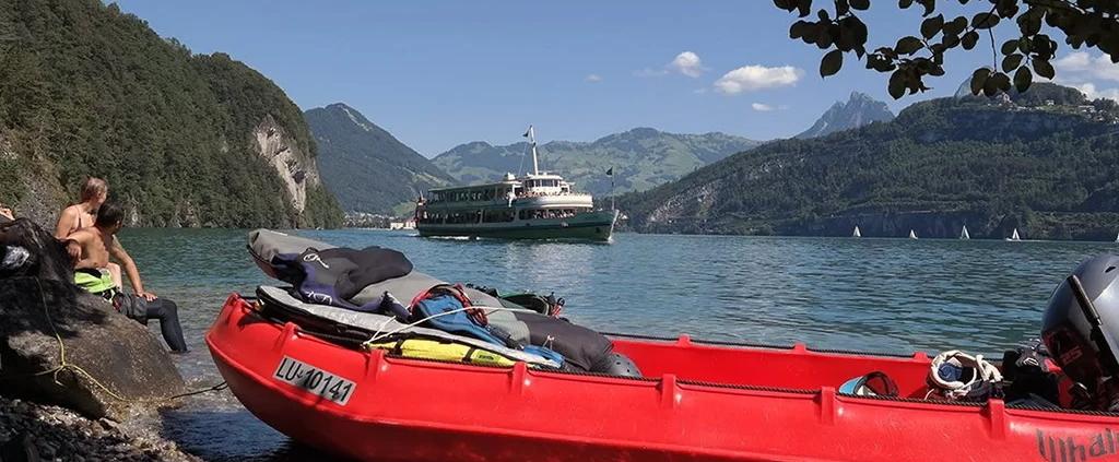 Kiteshuttle Urnersee mit Kursschiff im Hintergrund