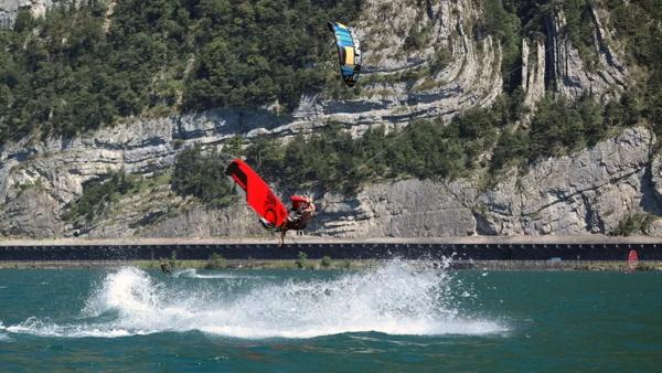 Kitesurfer bei Frontroll vor Felswand