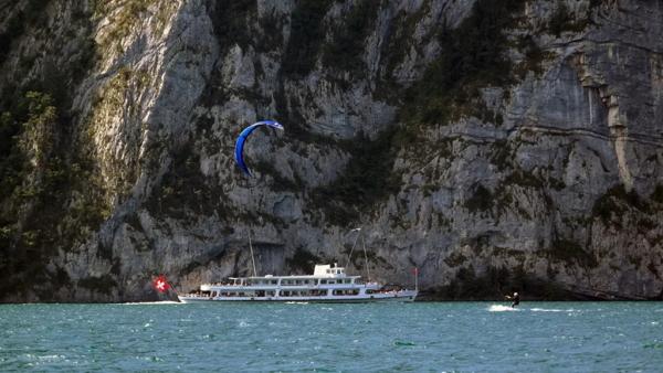 Kiter mit Kursschiff auf dem Urnersee
