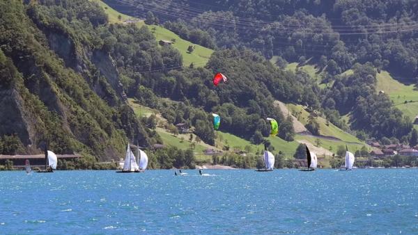 Kiter und Segelboote beim Kiteshuttle auf dem Urnersee