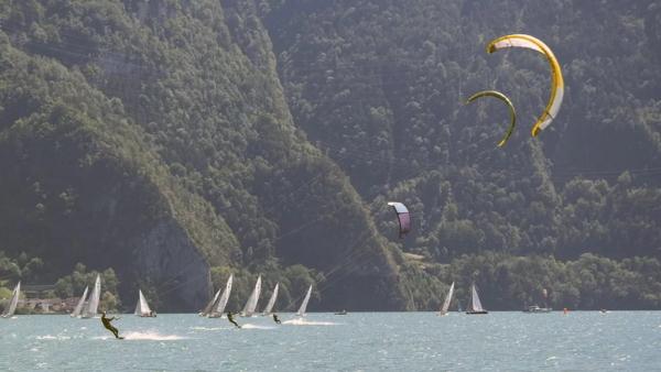 Kiter und Segelboote auf dem Urnersee