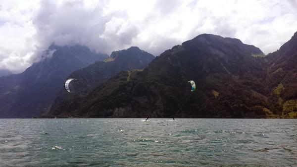 Kiter auf dem Urnersee mit Wolken