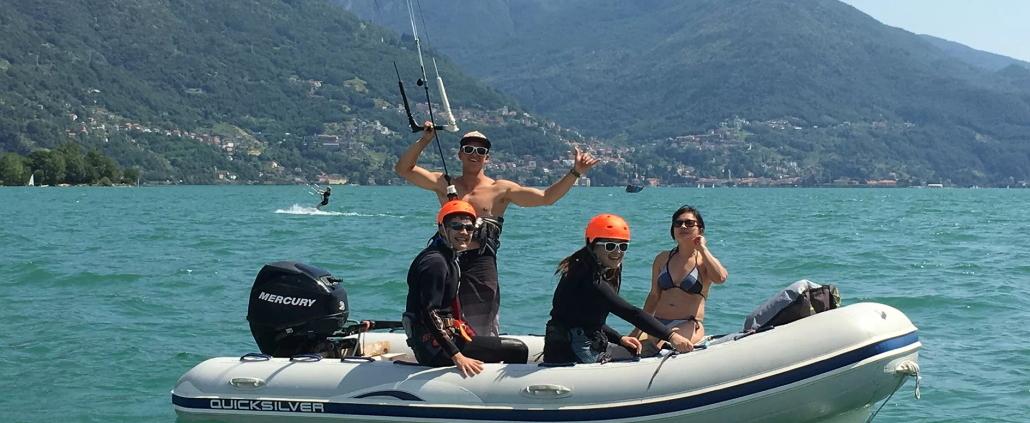 Kiten Comer See mit Leuten auf dem Boot