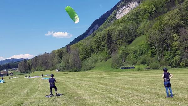 Kiten mit Mountainboard an Land
